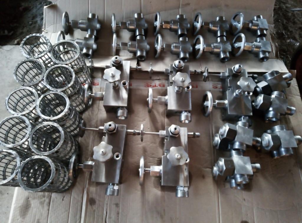 Склад готовой продукции. Корпус фильтра, кран с вентилем, тройник с обратным клапаном, распределительный блок. Все на станцию гидравлического управления СН6У-76/2.